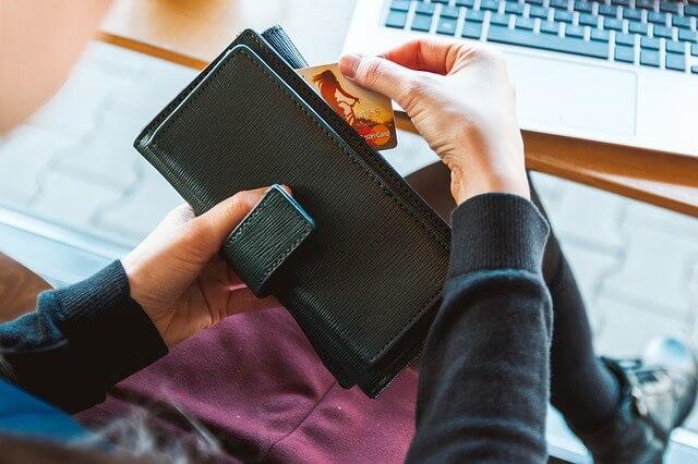 クレジットカードを財布に入れる